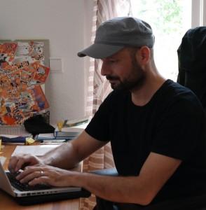 Theo Plakoudakis am Schreibtisch