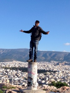 Theo Plakoudakis steht auf einer Säule in Athen