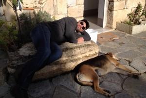 Theo Plakoudakis mit schlafendem Hund
