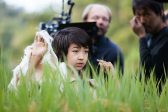 Loïc Sho Güntensperger als Hiro mit Fakekaninchen im Gras